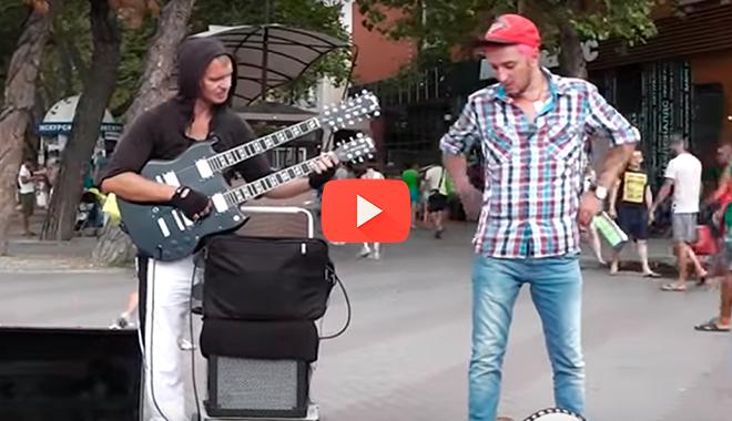 Этот парень настолько крут, что обычная гитара ему надоела…